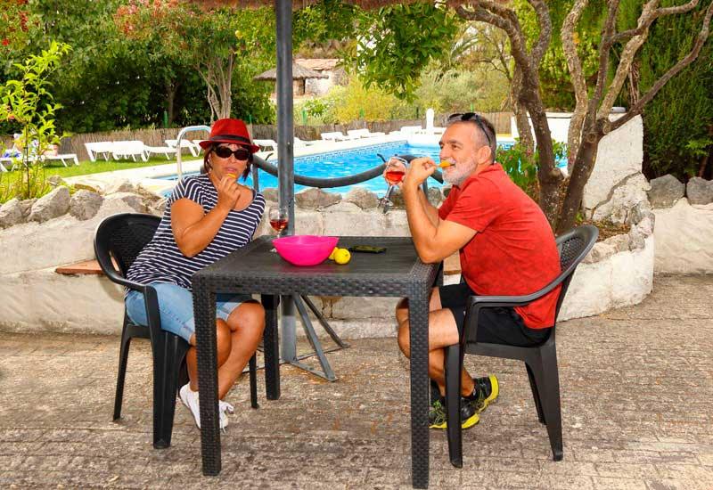 pareja disfruta de una copa en Casitas