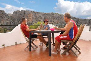 Amigos en la mesa de la terraza de nuestras casitas