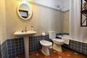 baño con bañera en casita juzcar