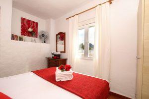 Un dormitorio con cama de matrimonio en Casitas de la Sierra