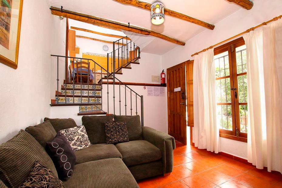 Salón y escaleras para subir a las habitaciones principales