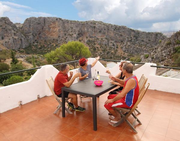Familia en la terraza de Casitas en la TIerra